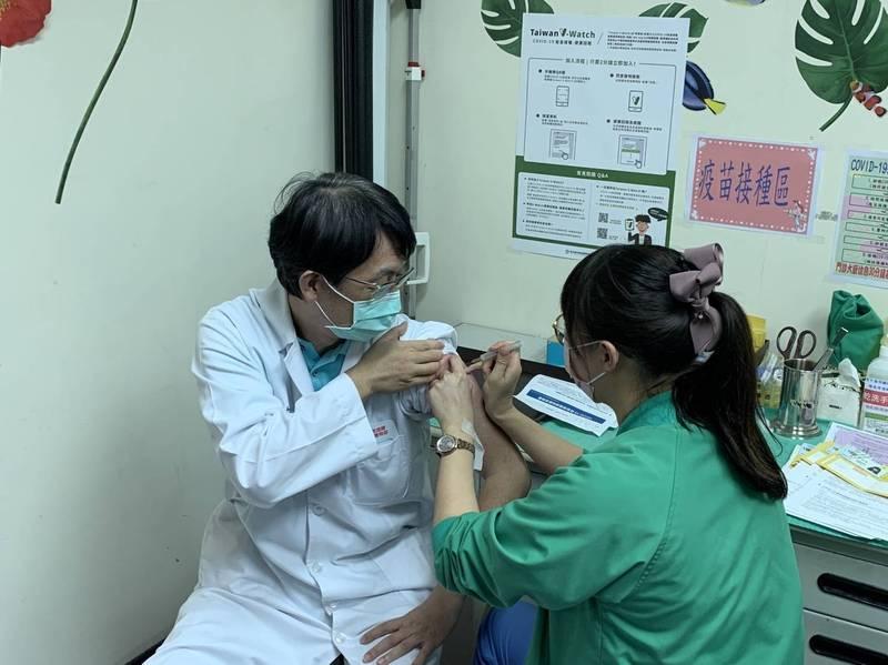 全國最後一個AZ疫苗接種的連江縣,今天下午終於破蛋;由連江縣立醫院院長張志華(左)帶頭接種。(記者俞肇福翻攝)