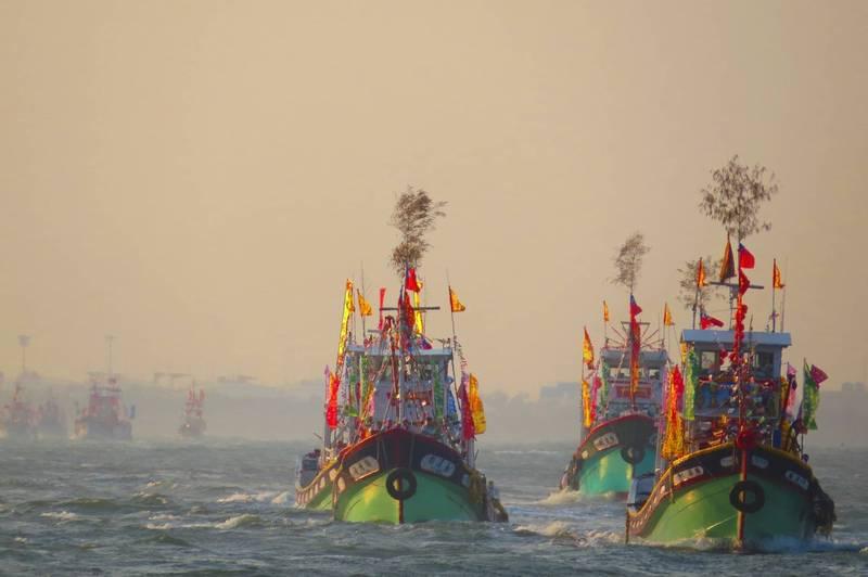 林園鳳芸宮媽祖海上巡香過往的資料照。(高雄市政府提供)