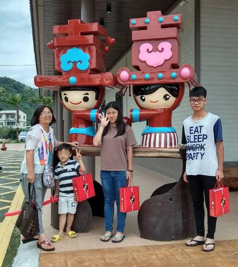 寄養媽媽蘇錦紅(左一)對每位寄養童都悉心照顧。(南台中家扶提供)