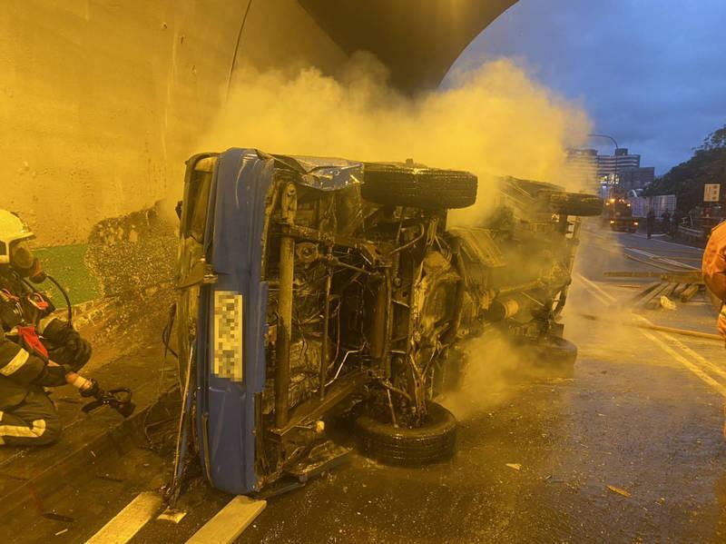 小貨車途經國道3號29K,在碧潭隧道翻覆自燃,冒出猛烈火勢及濃煙,被隧道外的監視器拍下。(記者闕敬倫翻攝)
