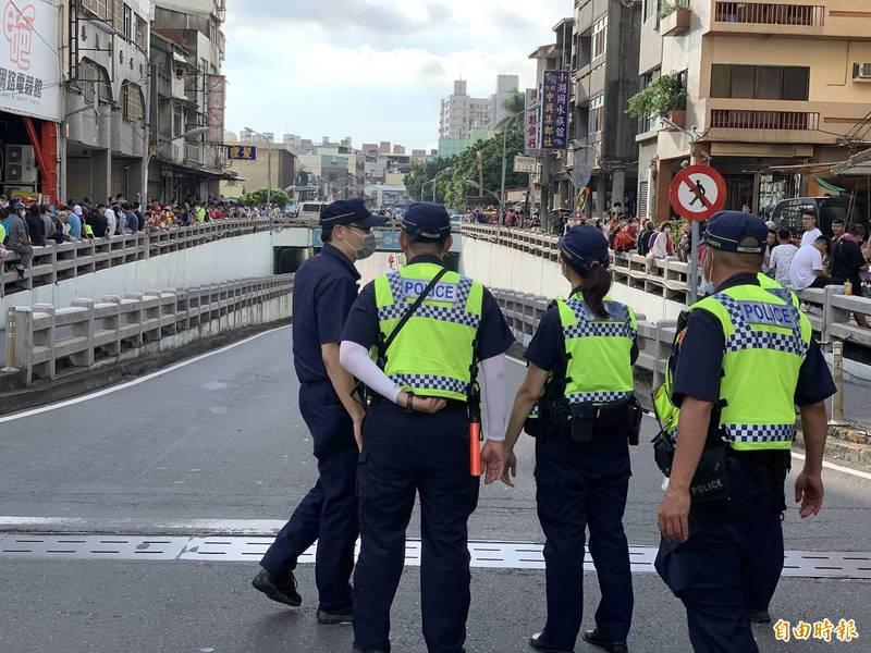 彰警在民生地下道部署300名警力,扼止搶轎、打架。 (資料照)