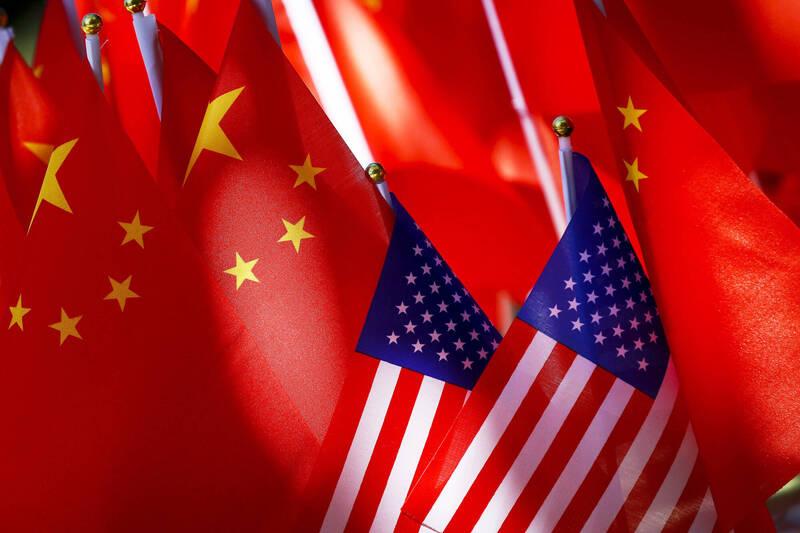 美國國旗與中國五星旗檔案照。(美聯社)