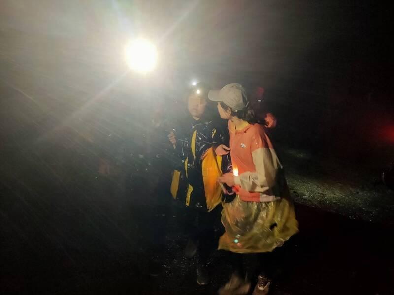 爬瑞芳劍龍稜遇大霧 2女受困5小時深夜獲救