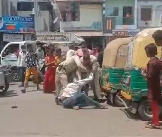 一位男子因沒有正確配戴口罩,警方上前勸導他不從,與警察當街互毆。(圖擷取自「@GauravPandhi」推特)