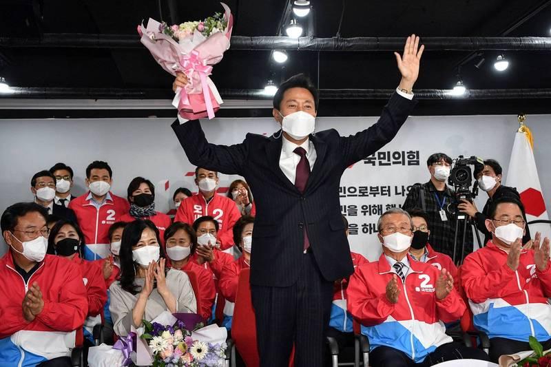 韓國今天舉行首爾、釜山市長補選,十年前曾任首爾市長的最大在野黨國民力量候選人吳世勳(中立者)第3度回鍋,政策料將快速大幅改變。(法新社)