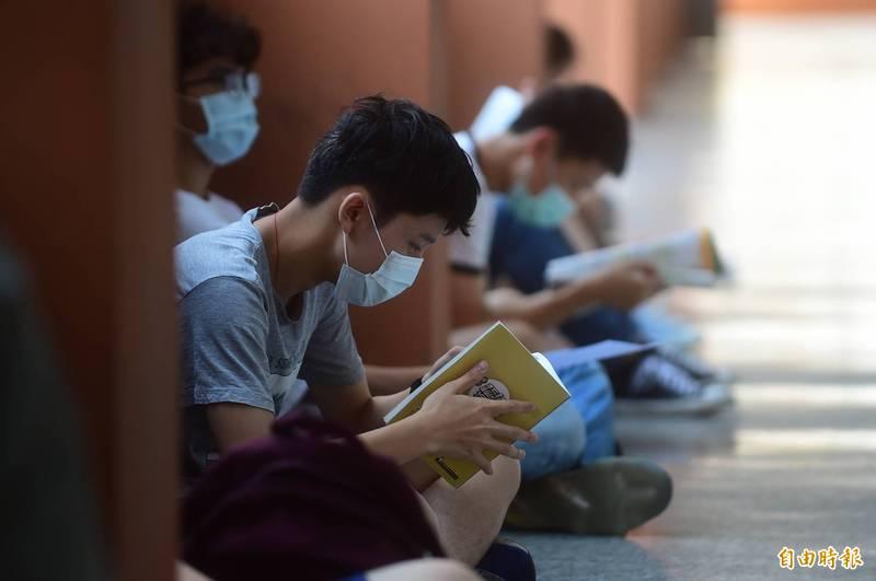 國中教育會考5月15日、16日舉行,共有20萬2千547人報名應試,准考證明天寄發。圖為去年考生戴口罩上陣情形。(資料照)