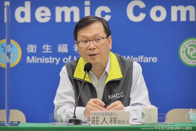 中央流行疫情指揮中心發言人莊人祥今日表示,目前累計接種量已突破2萬人,新增9件疫苗接種後不良事件,其中,1件為其他疑似嚴重不良事件。(指揮中心提供)