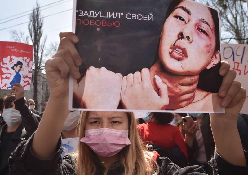 吉爾吉斯搶新娘陋習近日害死一名27歲女子,數百人8日在首都比斯凱克集會抗議,要求政府開除警察局長。(法新社)