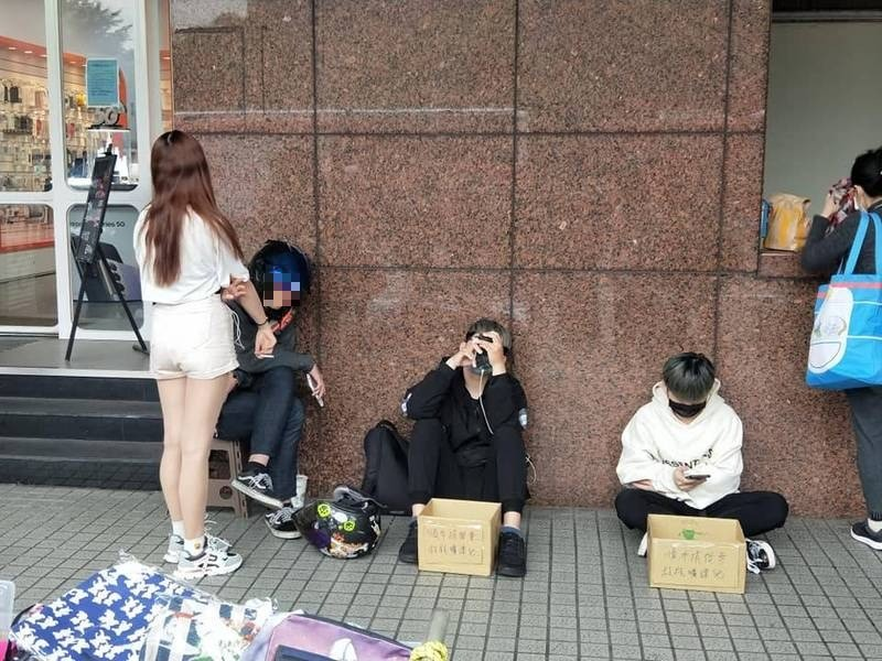 4學生街頭行乞 紙箱上5個字讓網友全怒了