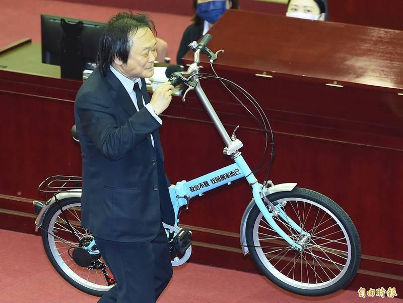 台北市長柯文哲8日前往市議會進行施政報告及備詢,民進黨市議員王世堅送上一輛刻有「政治不難 找回網軍而已」的自行車給柯。(記者廖振輝攝)