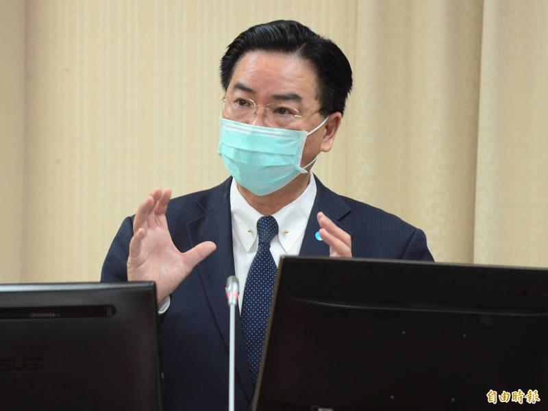 外交部長吳釗燮今表示,台海局勢緊張已持續一段時間,政府責任是持續觀察敵情威脅,更重要的是國人一定要有保衛自己國家的決心。(記者王藝菘攝)