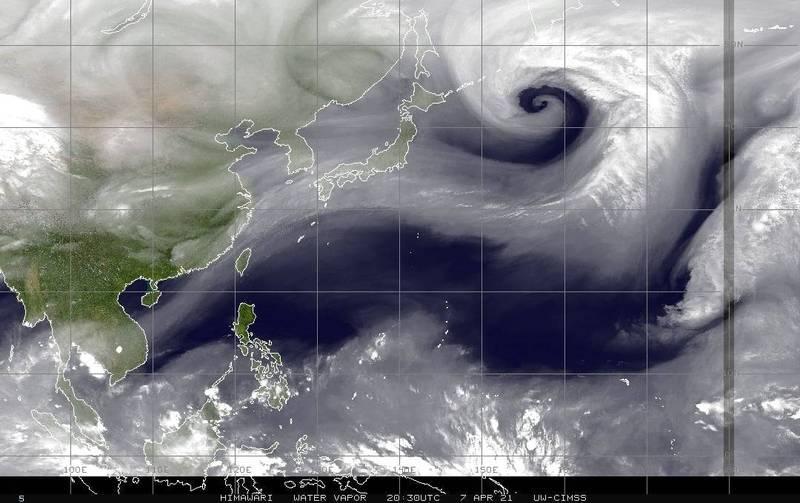 氣象局長鄭明典今上午指出,今天有股高層水氣將通過台灣上空,表示有下雨的機會。氣象達人彭啟明則指出,今下午有波鋒面系統在台灣北邊通過,北部東半部會有局部陣雨發生。(圖擷自鄭明典臉書)