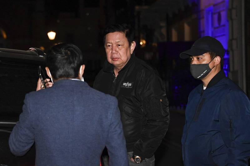 緬甸駐英大使館遭佔領,緬甸駐英大使覺扎敏(Kyaw Zwar Minn)被鎖在外面。(路透社)