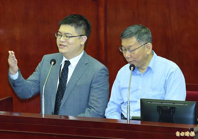 台北市長柯文哲(右)8日前往市議會進行施政報告及備詢,和接任悠遊卡公司總經理的邱昱凱(左)同台答詢。(記者廖振輝攝)