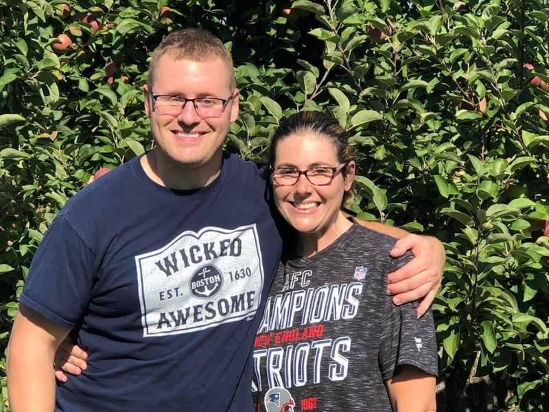美國波士頓婦女梅麗莎(圖右)和男友唐尼(圖左),原本預定要在去年9月結婚,因武漢肺炎推遲,未料梅麗莎竟於上月在自家馬桶產下一子。(圖翻攝自Melissa Surgecoff個人臉書)