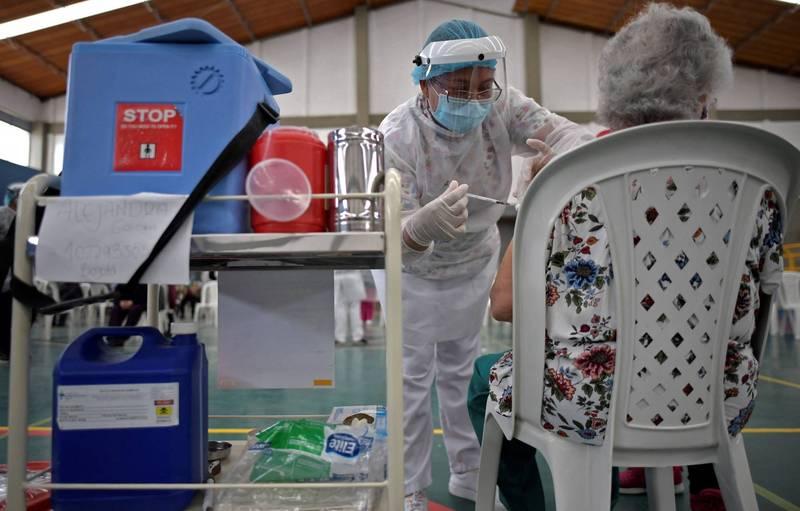 阿斯特捷利康(AstraZeneca)與牛津大學合作研製的AZ疫苗是否引發血栓仍待釐清,歐洲藥品管理局經再次評估後,雖認為罕見的血栓應被列為副作用,但仍認為接種疫苗利大於弊。(法新社)