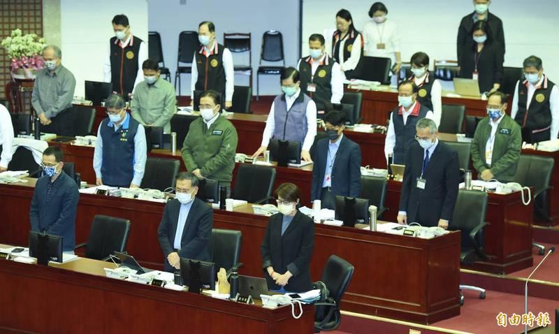 台北市長柯文哲8日前往市議會進行施政報告及備詢,會前率全體官員為台鐵太魯閣號花蓮出軌事故罹難者默哀。(記者廖振輝攝)