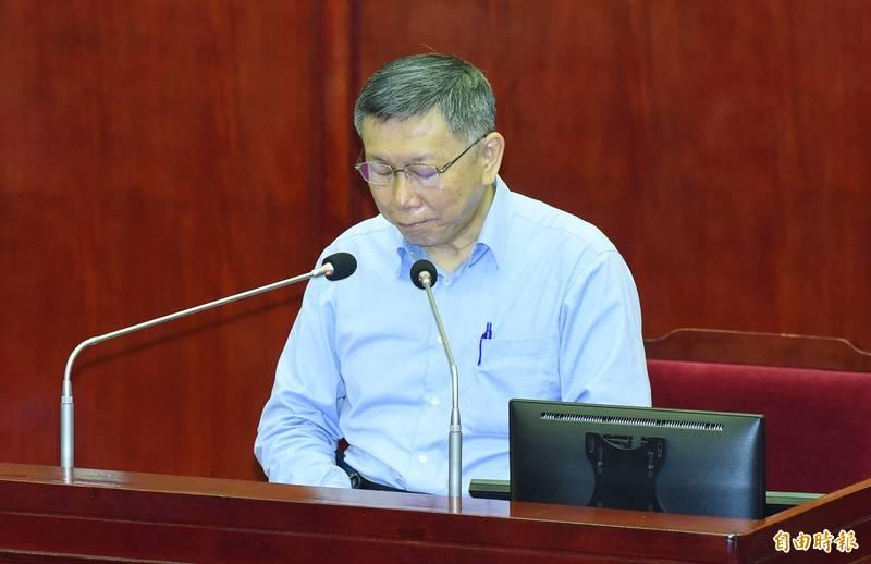 台北市長柯文哲到市議會施政報告及備詢,會前率全體官員為台鐵太魯閣號花蓮出軌事故罹難者默哀。(記者廖振輝攝)