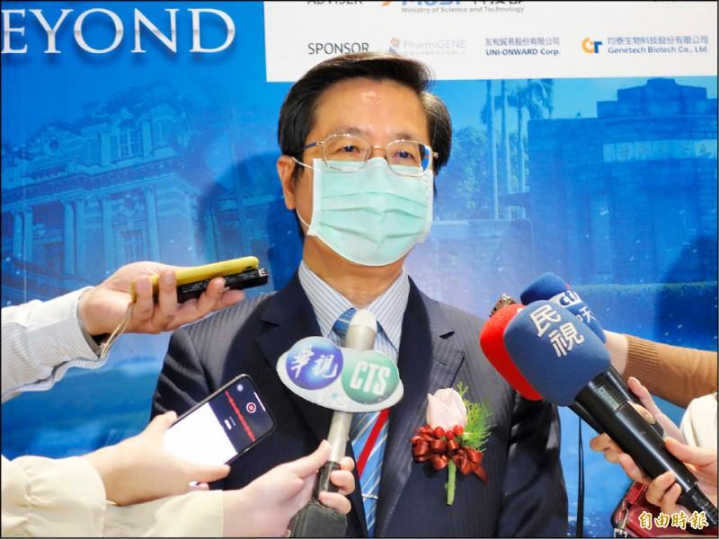 國外證實AZ疫苗恐有血栓副作用,中央流行疫情指揮中心專家小組召集人張上淳認為,國內也須檢視討論施打政策是否調整。(記者吳柏軒攝)