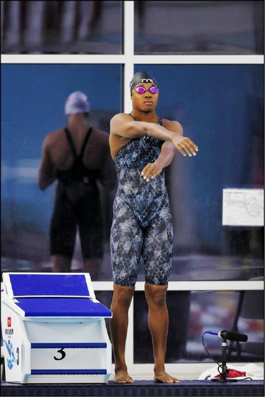 美國女泳將雷德基在疫情停賽期間攻讀學位。圖為2020年3月6日在愛荷華州的一場泳賽中獲勝。(法新社)