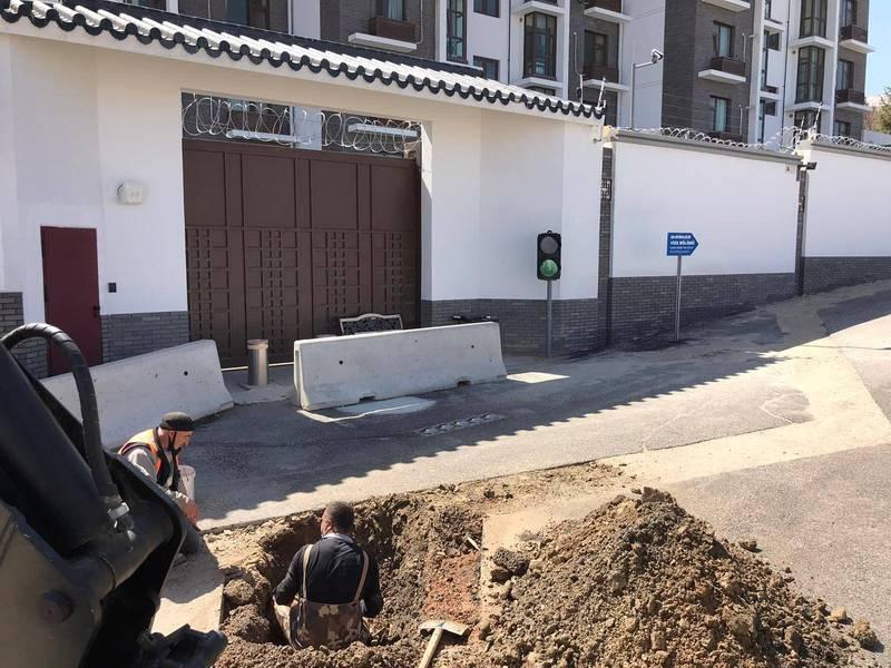 安卡拉市政府在中國大使館前挖了一個大坑,聲稱要檢測水資源是否遭人盜用。(取自厄茲托克推特)