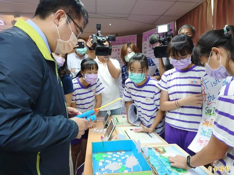 台南市長黃偉哲跟小朋友互動,玩釣魚、學英語。(記者洪瑞琴攝)