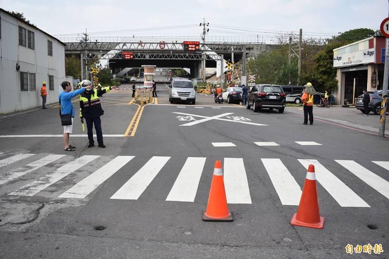 警方暫時封閉路口,將死者遺體運走。(記者張瑞楨攝)