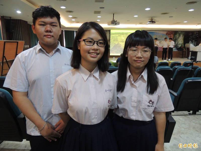 「小小英」許嘉恆(中)與同學韓承瀚(左)、吳婷宇期待面見總統。(記者黃旭磊攝)