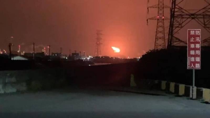 六輕廢氣燃燒塔晚間冒出火光,引起地方虛驚。(讀者提供)