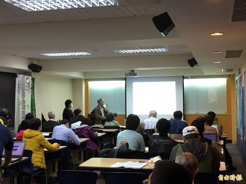 第18屆全國 NGOs 環境會議今天召開,總訴求為訂定2050零排碳期程與路線圖,以及希望召開已停擺30年的全國土地問題會議。(記者楊綿傑攝)