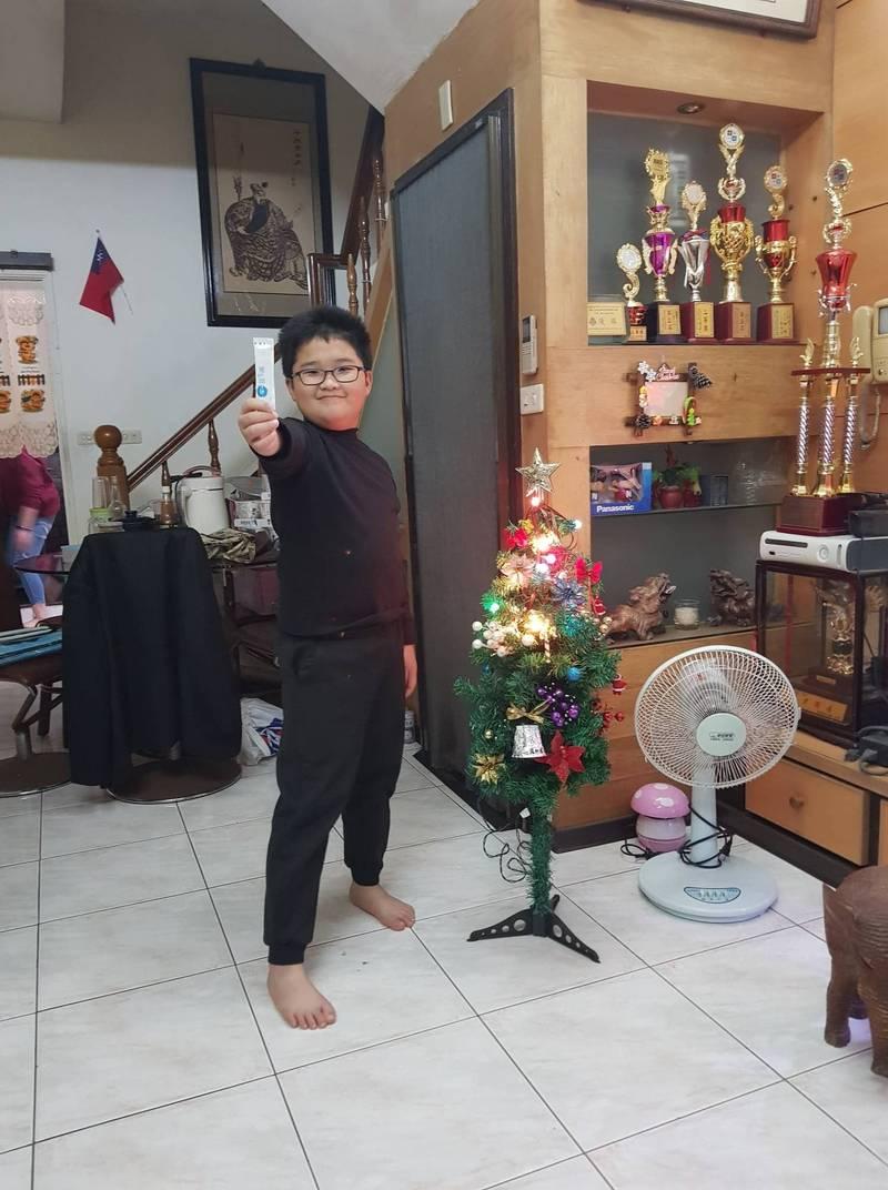 張魯酥表示,一轉眼10年過去了,兒子現在已經10歲,家中有一面牆都是他數學競賽的獲獎獎盃。(張魯酥授權使用)