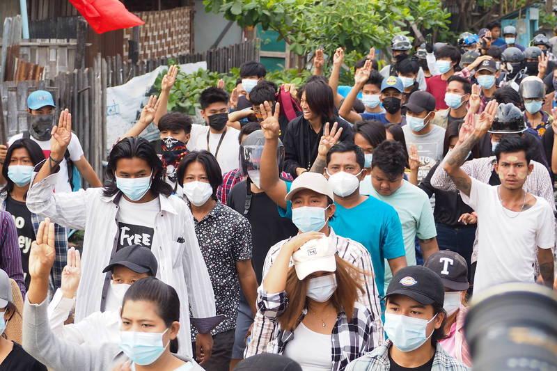 無懼軍方血腥鎮壓,緬甸中部城市曼德勒今天仍有民眾上街示威。(歐新社)