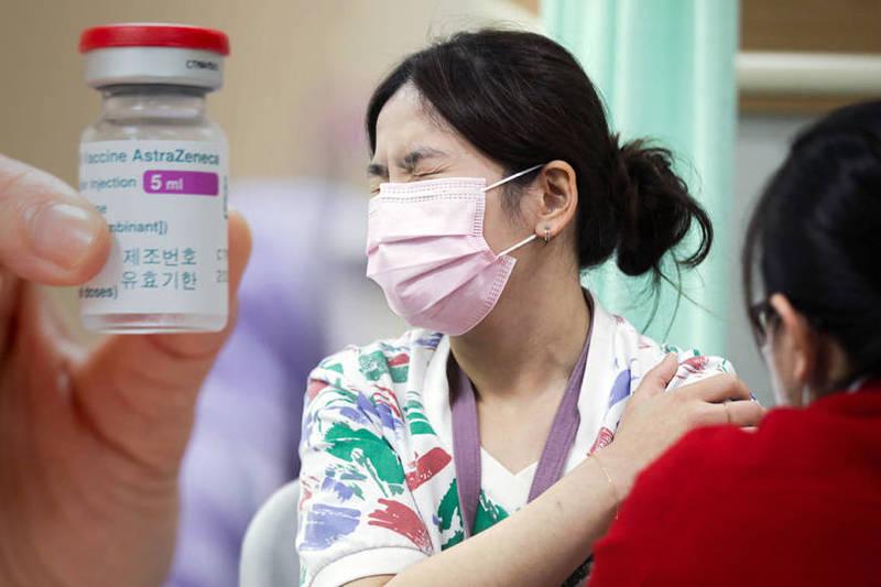 我國自上月22日起開始接種武漢肺炎疫苗,未來也會開放給須出國要接種疫苗者自費接種。(美聯社、彭博;本報合成)