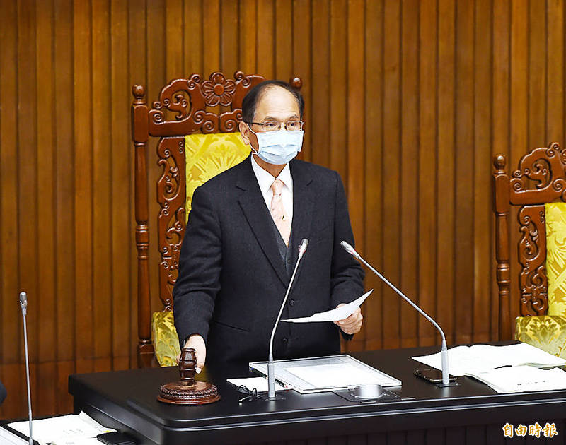 Legislative Speaker You Si-kun bangs his gavel in the legislature in Taipei yesterday after the legislature approved amendments to the Income Tax Act. Photo: Fang Pin-chao, Taipei Times