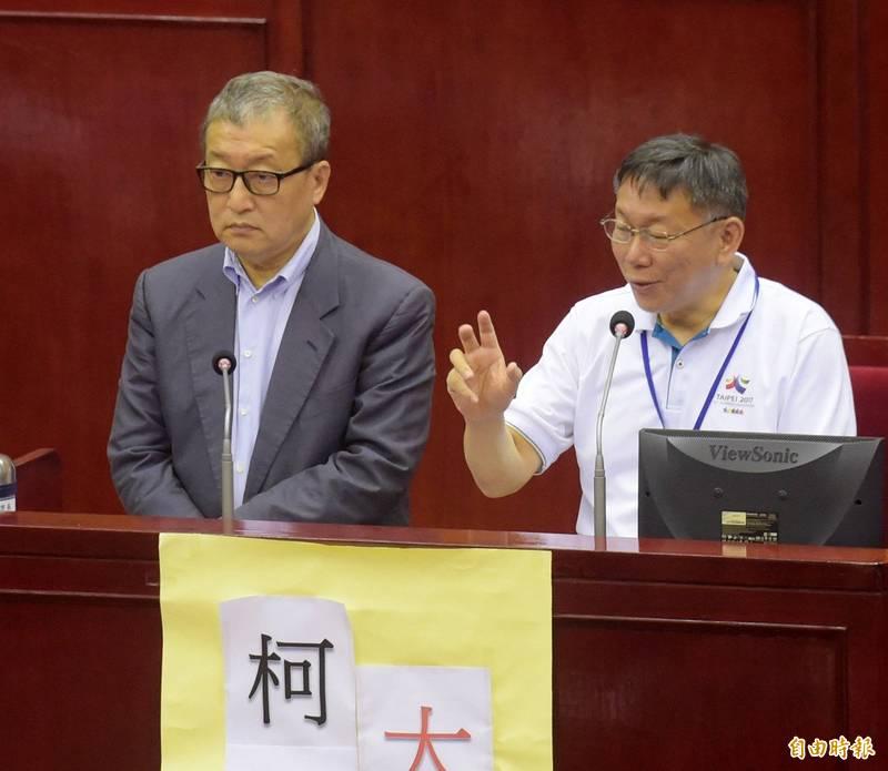 悠遊卡公司連爆爭議,台北市長柯文哲(右)今天直指前悠遊卡公司董座林向愷(左)抗命,沒有早兩年發展電子支付。(資料照,記者黃耀徵攝)