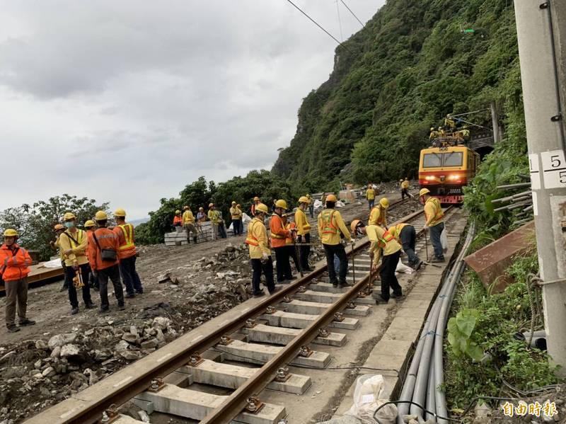 台鐵2日發生408次太魯閣號列車撞上吊卡車出軌重大案件,清水隧道路段今晚修復完畢。(記者王峻祺攝)