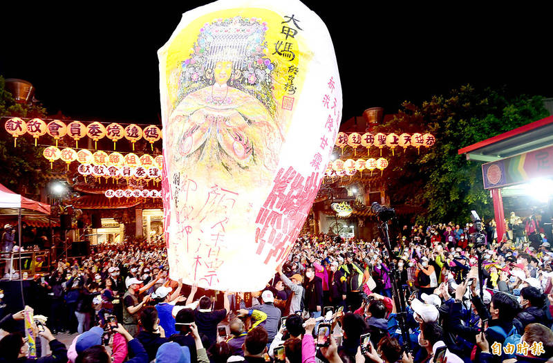A huge sky lantern is released at Jenn Lann Temple in Taichung's Dajia District yesterday night to pray for rain to alleviate the drought as the annual nine-day Matsu pilgrimage began. Photo: Liao Yao-tung, Taipei Times