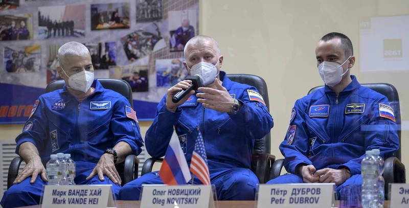 美國太空人范德海(左)及俄羅斯太空人諾維茨基、杜布羅夫(右)今天一起升空飛往國際太空站。(歐新社)