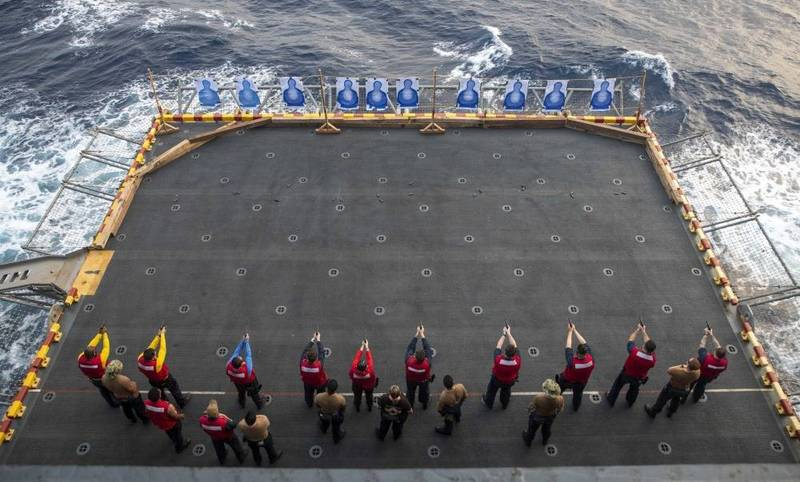 美國印太司令部官方臉書發布照片,「馬金島號」艦上官兵們(圖下)8日進行實彈演訓。(圖取自美軍印太司令部FB)