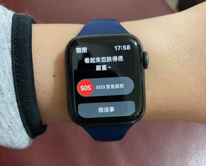 網友在打完蚊子後,手錶以為他是跌倒。(圖取自臉書社團「爆廢1公社」)