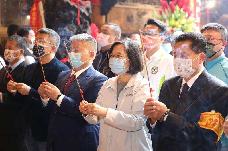 總統蔡英文(中)參拜大甲媽祖。(台中市攝影記者聯誼會提供)