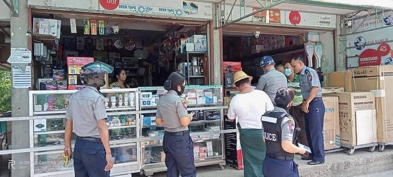 緬甸部份地區宣布衛星天線違法,警方到相關商店沒收設備,推特網友貼文確認確有此事。(圖擷取自推特Chit Phyo Wai)