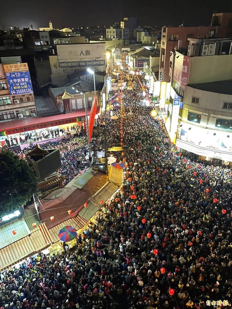 大甲街頭湧入參加起駕人潮。(記者張軒哲攝)