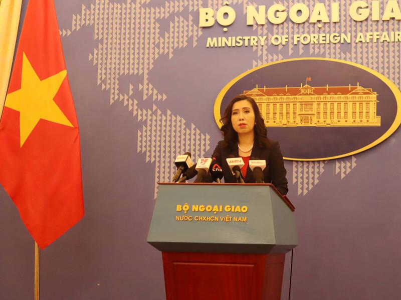 H&M因配合中國修改「問題中國地圖」遭越南網友抵制。越南外交部發言人黎氏秋姮8日表示,越方要求「各企業尊重越南對南海相關海域的權利,包括主權與管轄權,並嚴格落實越南法律規定」。(中央社)