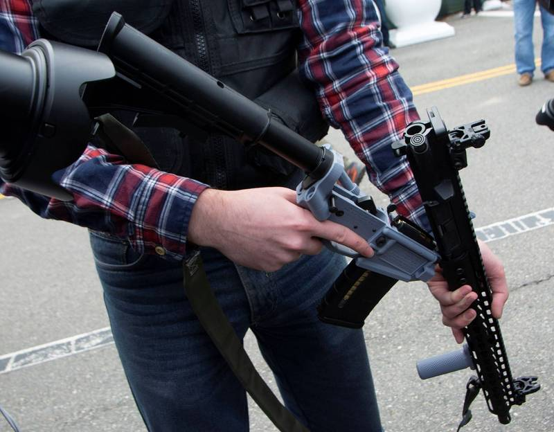 美總統拜登簽署行政命令管制槍枝。示意圖。(路透)