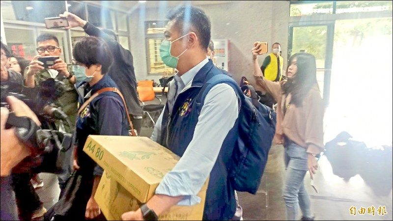 花蓮地檢署昨陸續傳喚台鐵花蓮工務段一級主管及聯合大地安全衛生人員等六人到案,帶回資料判讀。 (記者王錦義攝)