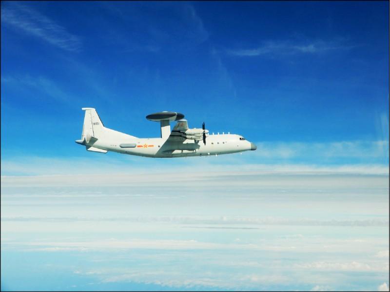 空軍昨指出,中共解放軍十一架軍機昨自台灣海峽中線以南空域,進入我國西南空域防空識別區,其中八架為戰機,另有「運八」反潛機、「五○○」預警機(見圖,同型機)與「運八」遠干機各一架。(國防部提供)