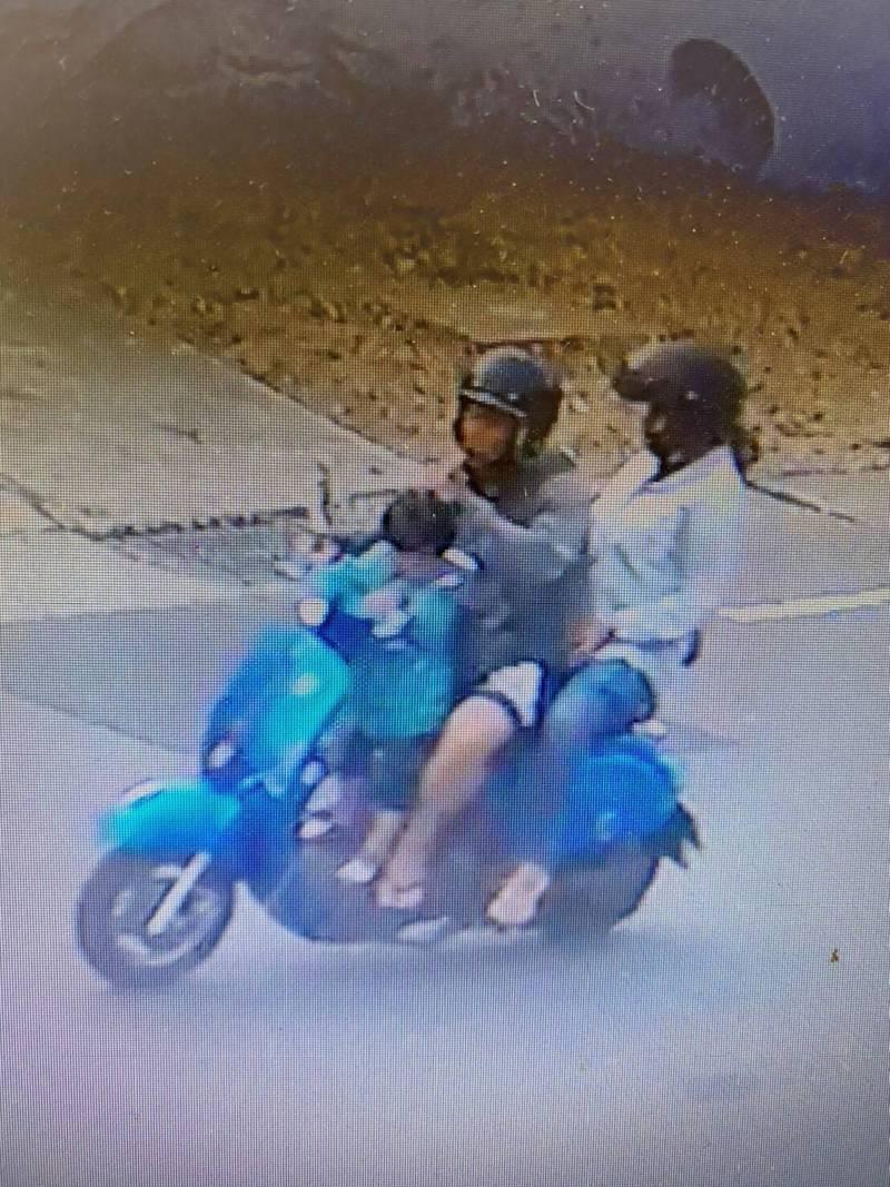 蔡嫌闖入民宅行竊後,騎摩托車載著妻兒離去的畫面。(民眾提供)