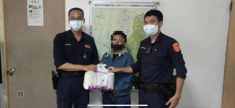 不忍小孩餓肚子,員警自掏腰包送奶粉給蔡嫌之妻。(民眾提供)