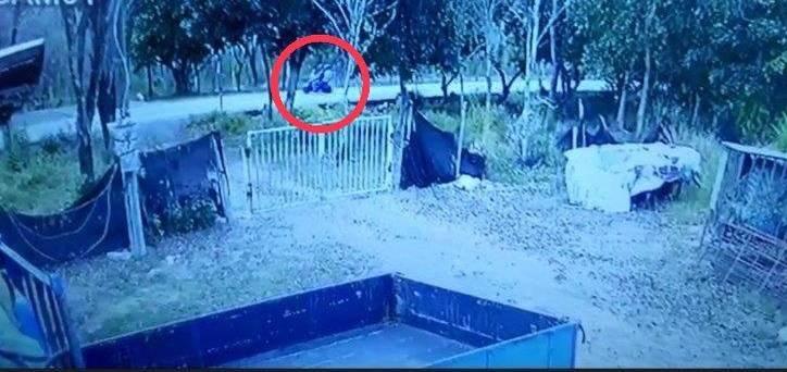 蔡嫌騎機車載著妻兒行經民宅前,被監視器拍下。(民眾提供)